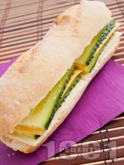 Вегетариански сандвич с краставица и сирена - топено, чедър, ементал - снимка на рецептата